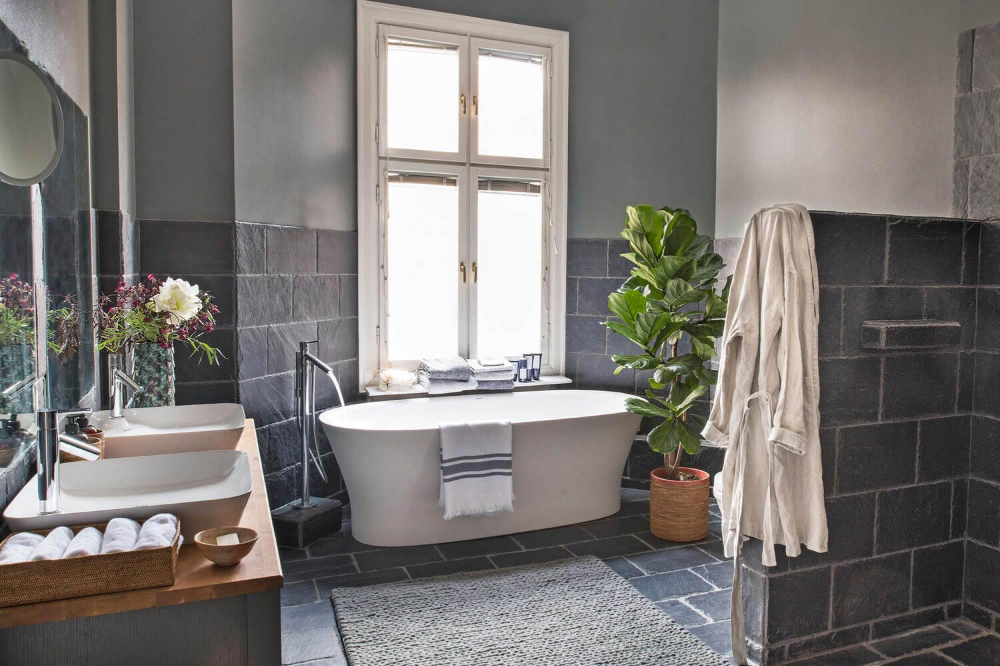 romantiskt-badrum-naturmaterial-skiffer