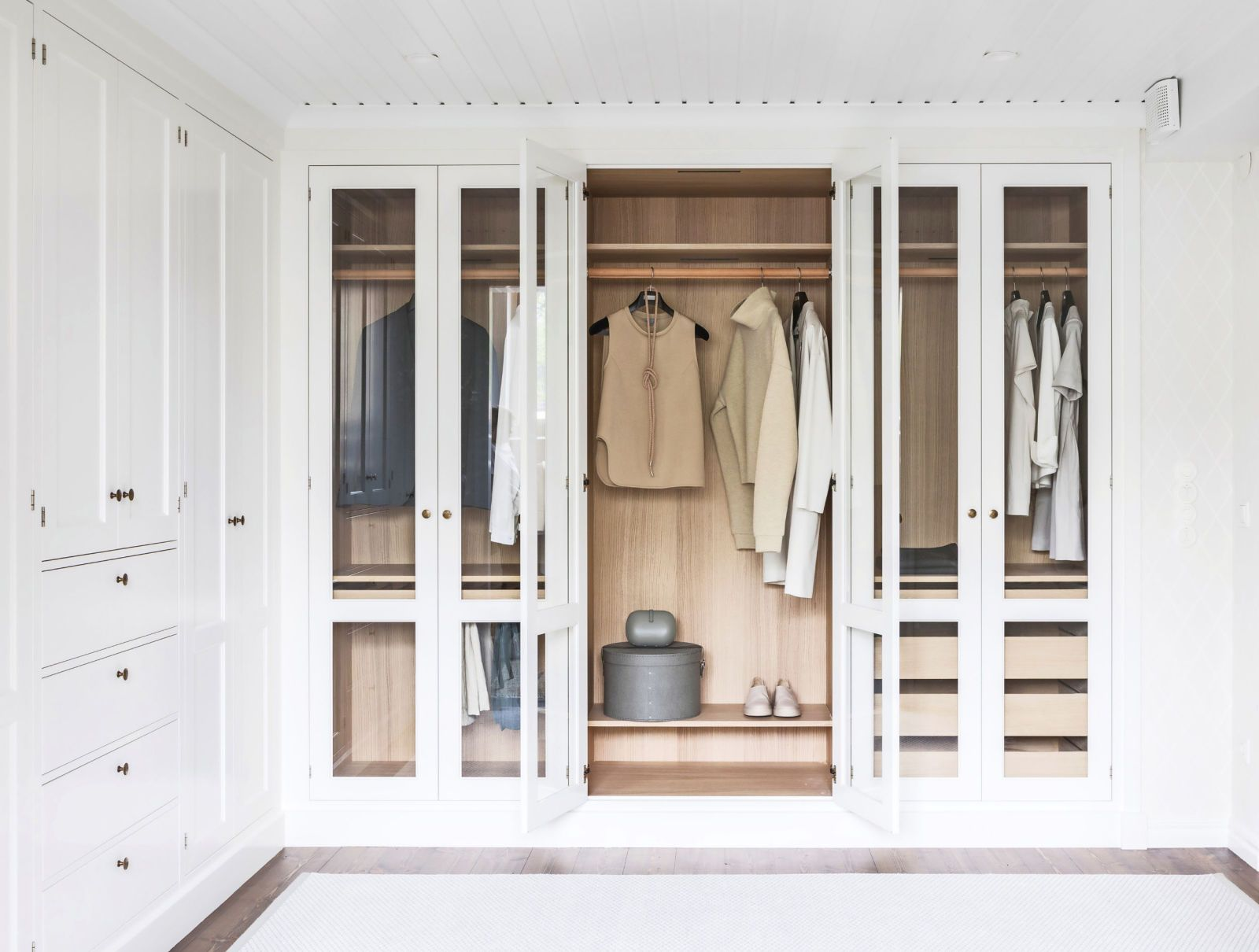 vit-garderob-med-bade-sluten-och-oppen-fo-rvaring-fra-n-kvanum-6005508-elle-decoration